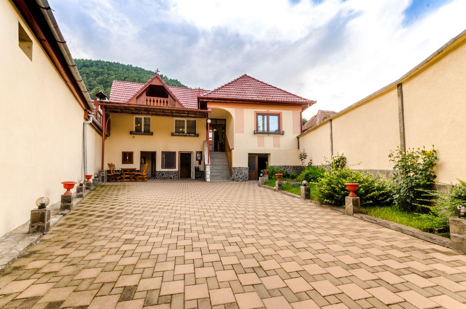 Casa renovata complet, 3 camere, 2 bai, 350mp, Centru Rasinari